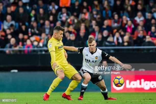 Antonio Latorre Grueso Lato of Valencia CF fights for the ball with Daniel Rabaseda Antolin Raba of Villarreal CF during the La Liga 201718 match...