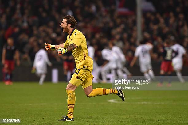 Antonio Mirante of Bologna FC celebrates after his team mate Luca Rossettini scored the opening goal during the Serie A match betweeen Genoa CFC v...