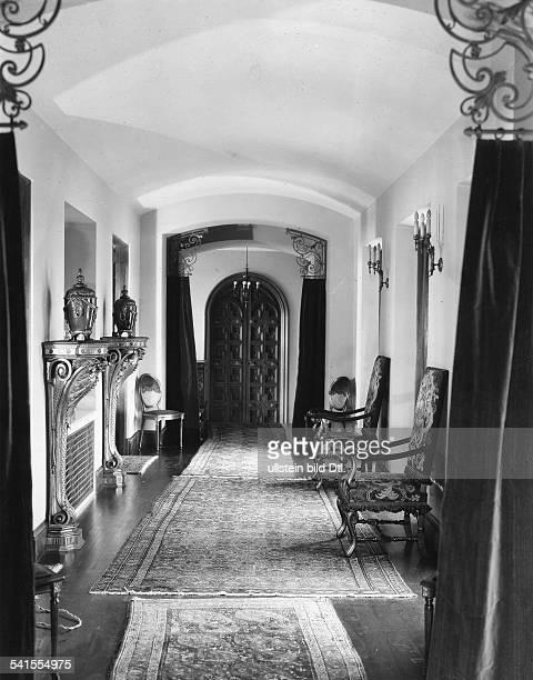 Antonio MORENO*26091887Schauspieler USA sein Palast in den Moreno Highlands bei Hollywood Kalifornien USA Perserteppiche in einem Flur 1927Aufnahme...