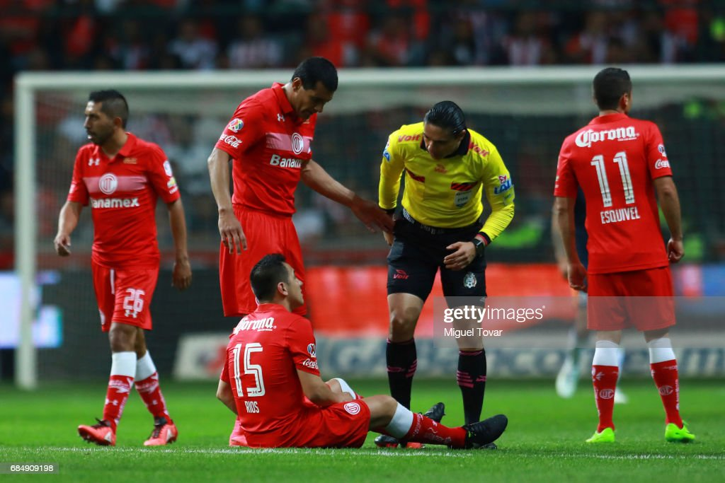 Antonio Rios of Toluca talks to referee Oscar Romo during the semifinals first leg match between Toluca and Chivas as part of the Torneo Clausura 2017 Liga MX at Nemesio Diez Stadium on May 18, 2017 in Toluca, Mexico.