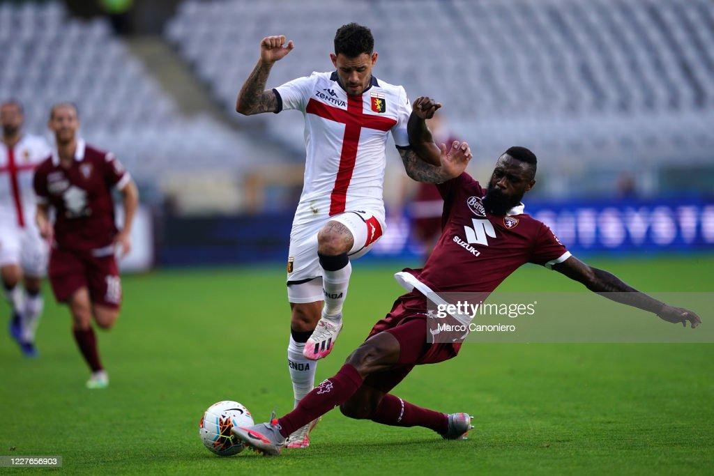 Antonio Sanabria of Genoa Cfc (L) and Nicolas N'Koulou of... : ニュース写真