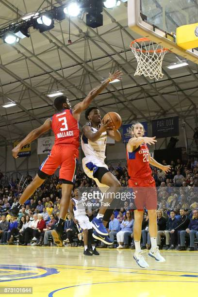 Antonius Cleveland of the Santa Cruz Warriors shoots the ball during the game against the Agua Caliente Clippers on November 11 2017 at the Kaiser...