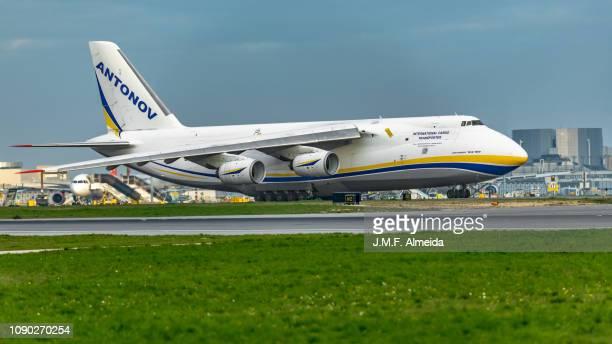 ur-82073 antonov airlines - antonov an-124 - antonov stock pictures, royalty-free photos & images