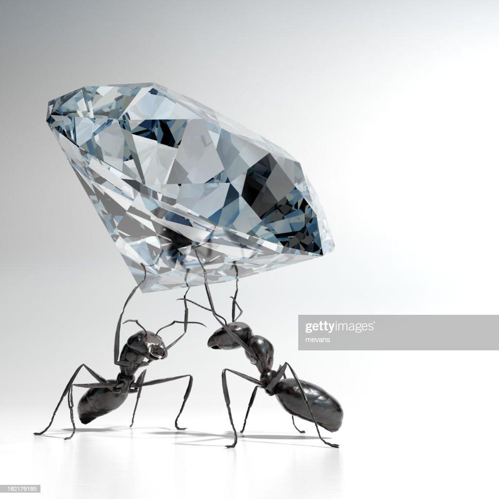 Formigas carregar um diamante : Foto de stock