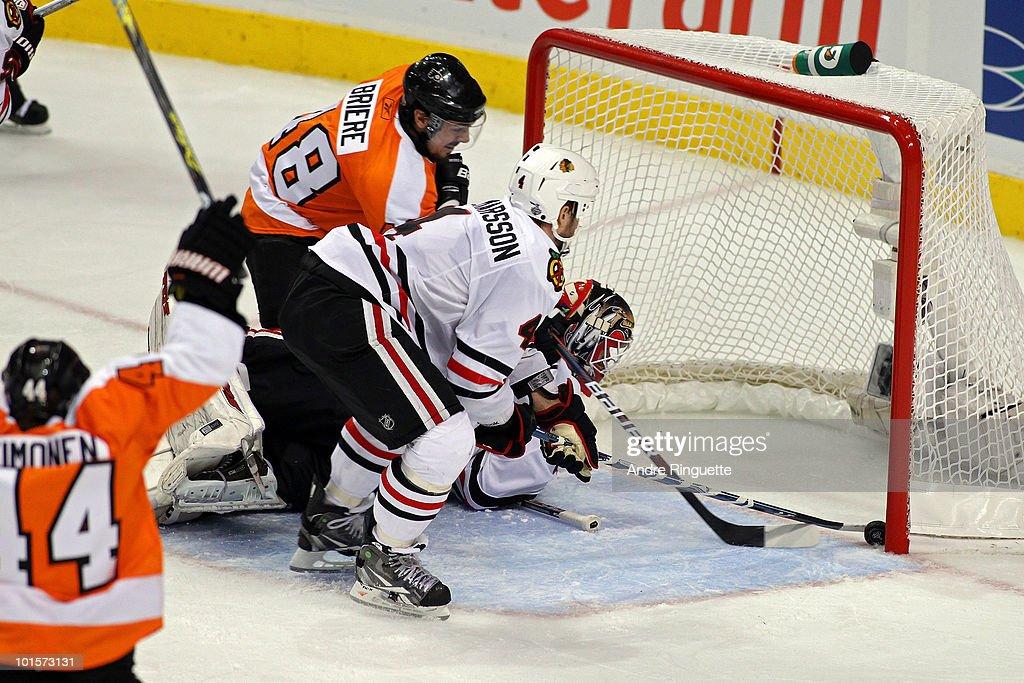 Stanley Cup Finals - Chicago Blackhawks v Philadelphia Flyers - Game Three : News Photo