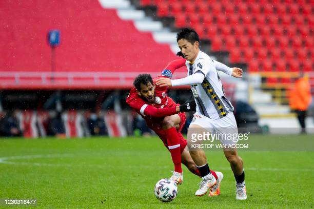 Antwerp's Faris Haroun and Charleroi's Ryota Morioka fight for the ball during a soccer match between Royal Antwerp FC and Sporting Charleroi, Sunday...