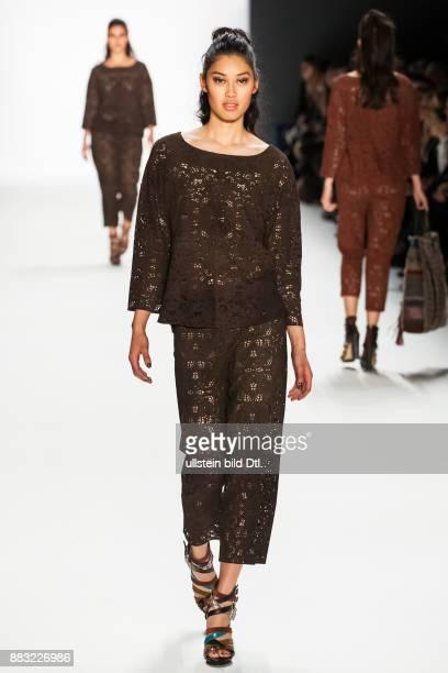 Anuthida Ploypetch läuft auf dem Runway bei der RIANI Show während der MercedesBenz Fashion Week Berlin Herbst/Winter 2016 am Brandenburger Tor am 19...