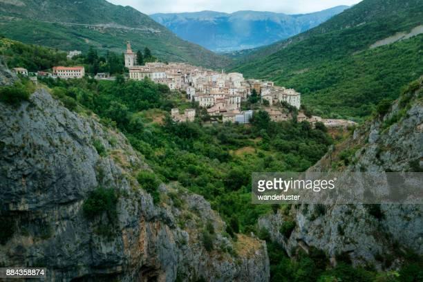 イタリア アブルッツォ州の anversa 村 - アブルッツォ州 ストックフォトと画像