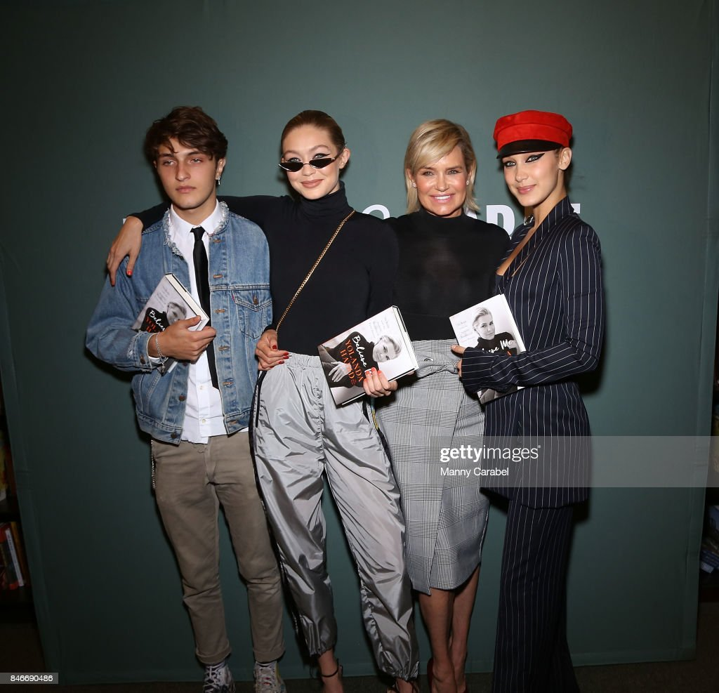 Yolanda Hadid Signs Copies Of 'Believe Me: My Battle With The Invisible Disability Of Lyme Disease' : Nachrichtenfoto
