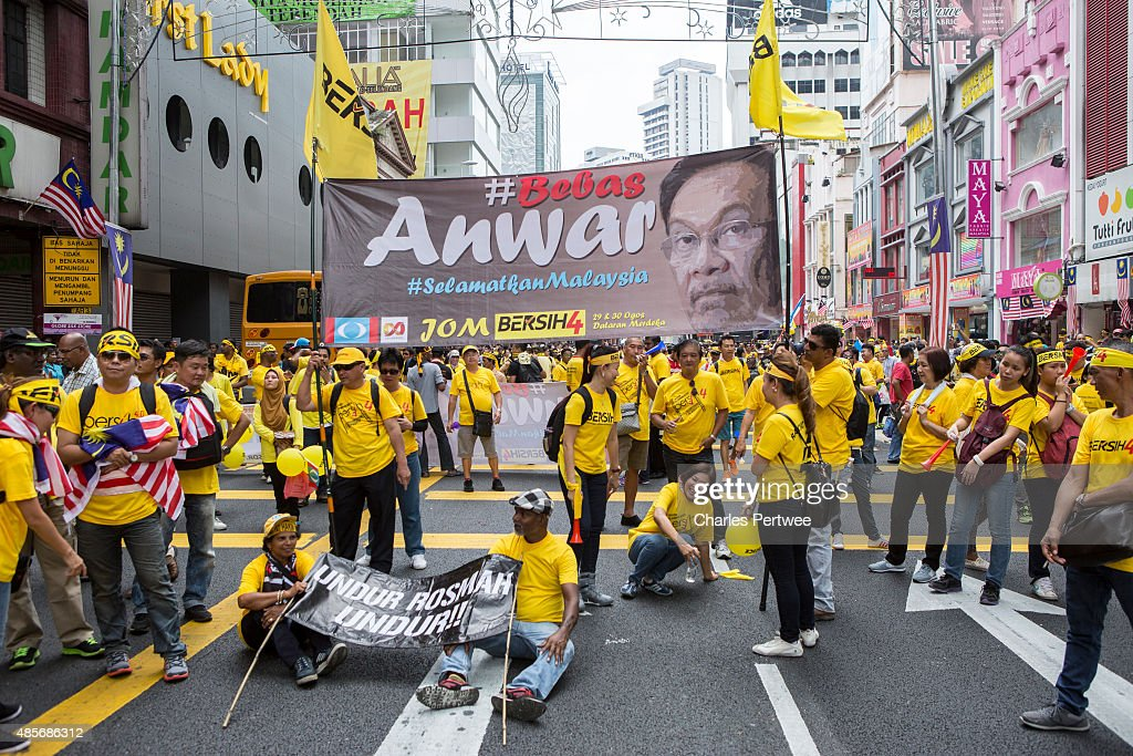 Anwar Ibrahim supporters listen to speeches during the Bersih 4.0 rally on August 29, 2015 in Kuala Lumpur, Malaysia. Prime Minister Najib Razak has become embroiled in a scandal involving state fund debts and allegations of deposits totaling 2.6 billion ringgit paid to his bank account. Razak has denied any wrongdoing. Thousand of people gathered to demand his resignation and a new general election.