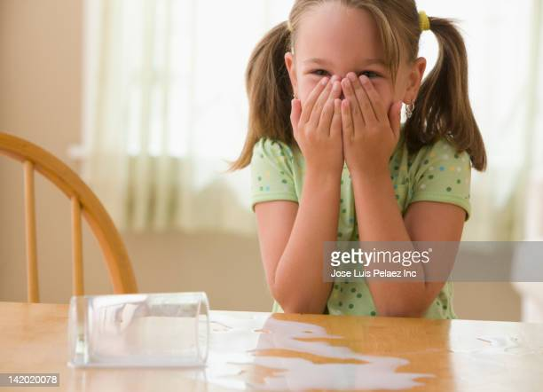 anxious girl spilling milk - surprise face kid - fotografias e filmes do acervo