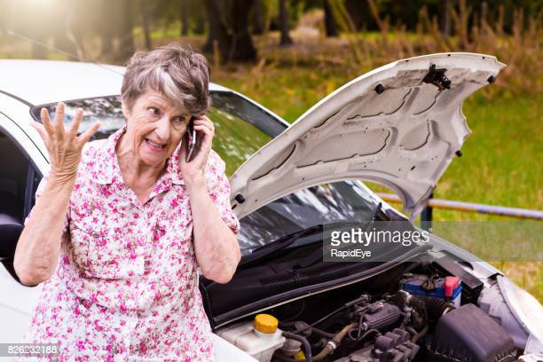 Ängstlich alte Frau mit Panne sucht Hilfe auf Handy