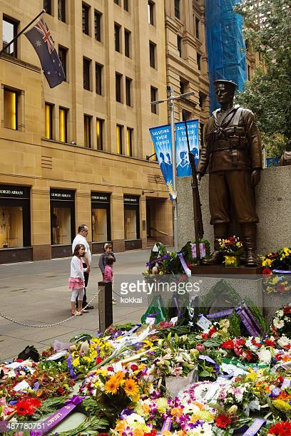 anzac day - the cenotaph at martin place - lest we forget stock pictures, royalty-free photos & images