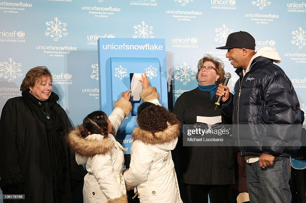 Aoki Lee and Ming Lee light the UNICEF Snowflake as their Father music mogul Russell  sc 1 st  Getty Images & Russell Simmons Hosts UNICEF 2007 Snowflake Lighting Photos and ... azcodes.com