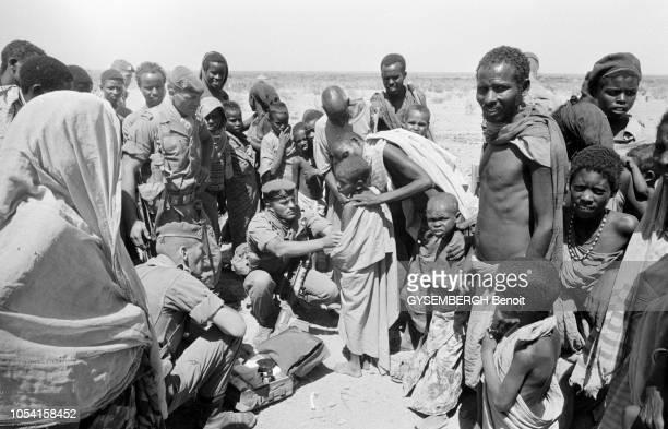 Août 1992 Voyage de Bernard KOUCHNER en SOMALIE où règne une effroyable famine Camp de réfugiés de Baidoa
