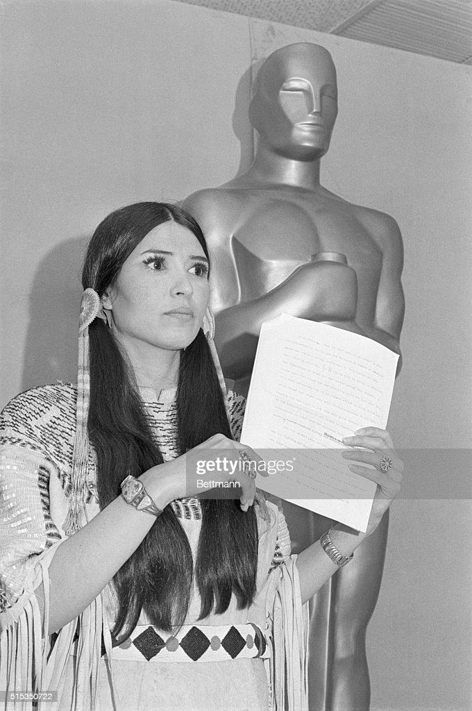 Sacheen Littlefeather Representing Brando at Oscars : Fotografía de noticias