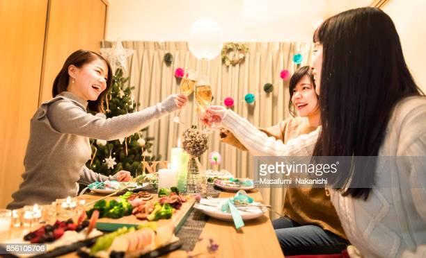 日本の女の子のクリスマス ディナー パーティーを楽しんで