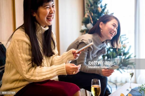日本の女の子のクリスマス ホーム パーティーを楽しんで