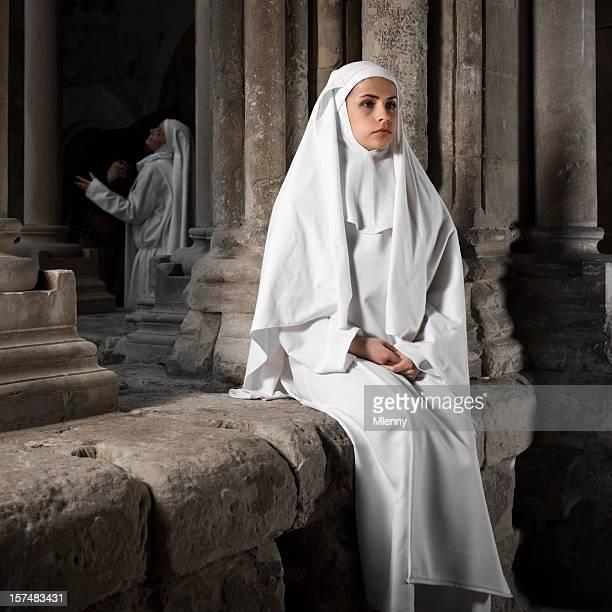 dos ombros. lonely freira. - freira - fotografias e filmes do acervo