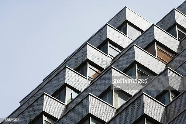 apartment block, low angle view - architektonisches detail stock-fotos und bilder