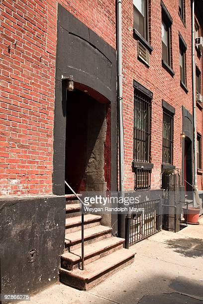 apartment building entrance in soho, manhattan. - soho manhattan - fotografias e filmes do acervo