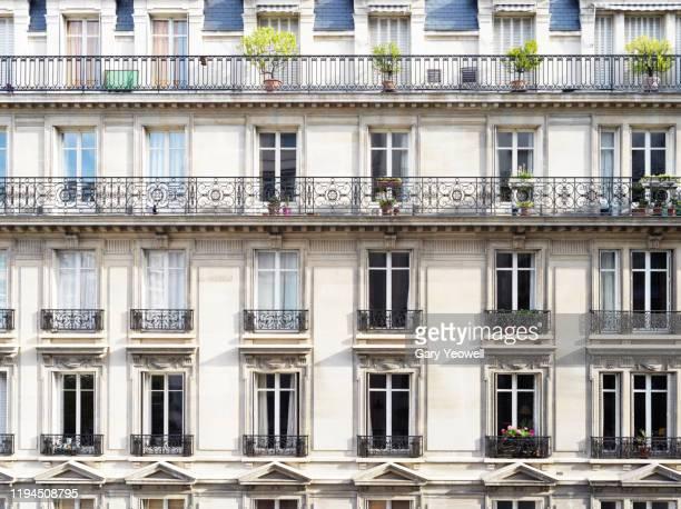 apartment facade in paris - building exterior photos et images de collection