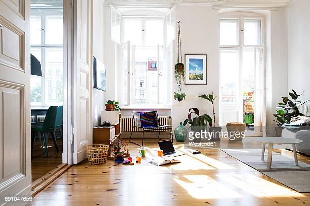 apartment in sunlight - living room stock-fotos und bilder