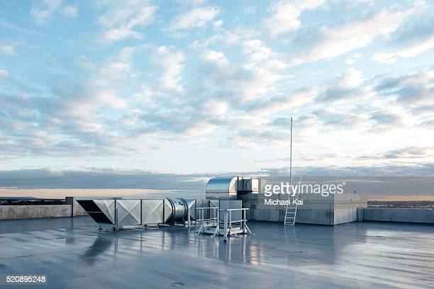apartment rooftop showing air vents and utilities - bouche d'aération photos et images de collection