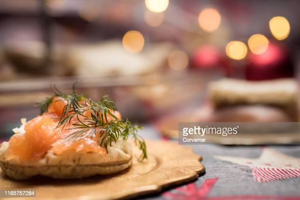 aperitivos navideños - salmone affumicato foto e immagini stock