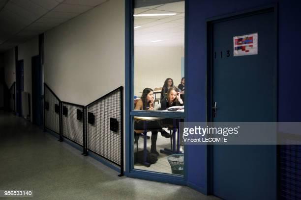 Aperçu d'une salle de classe où des lycéennes suivent un cours de français dans un lycée public en Picardie dans le nord de la France le 4 mai 2014
