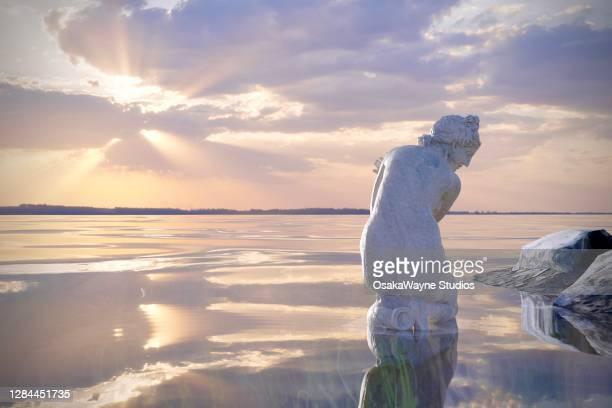 aphrodite bathing by the seashore - 女神アフロディーテ ストックフォトと画像