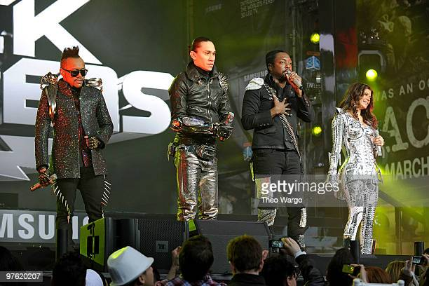 ApldeAp Taboo William and Fergie of the Black Eyed Peas perform at the Samsung Times Square Concert with THE BLACK EYED PEAS at Times Square on March...
