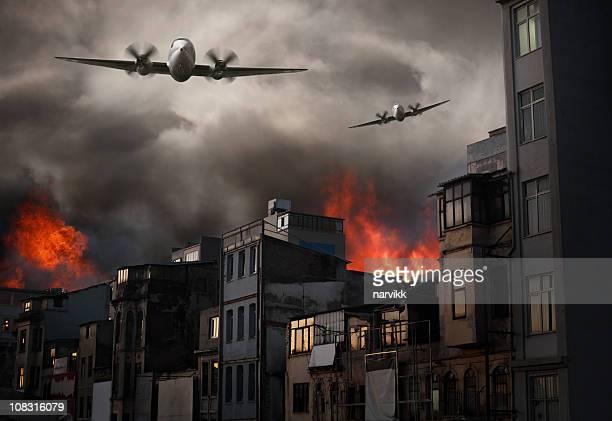 大空襲に耐え薪タウン - military attack ストックフォトと画像