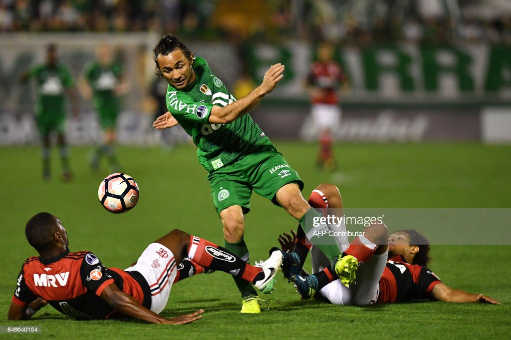 Apodi (C) of Brazil's Chapecoense vies for the ball with Juan (L) and Willian Arao (R) of Brazil's Flamengo during their 2017 Copa Sudamericana football match held at Arena Conda stadium, in Chapeco, Brazil, on September 13, 2017. /