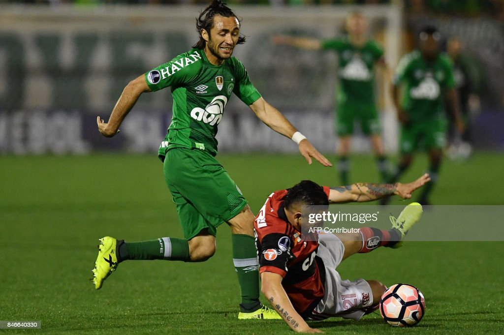 Apodi (C) of Brazil's Chapecoense vies for the ball with Para (R) of Brazil's Flamengo during their 2017 Copa Sudamericana football match held at Arena Conda stadium, in Chapeco, Brazil, on September 13, 2017. /