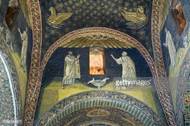 イタリア ラヴェンナ ガッラ・プラシディア廟 の使徒パウロとペテロ - ラヴェンナ ストックフォトと画像