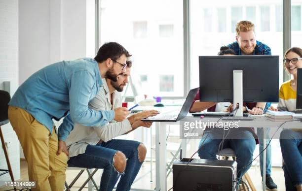 オフィスのアプリ開発者。 - ウェブデザイナー ストックフォトと画像