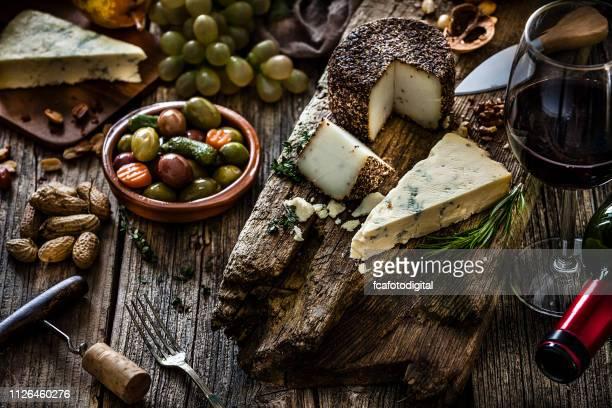 vorspeise-themen: käse und wein stillleben - spanische kultur stock-fotos und bilder