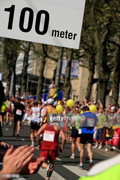 Spectateurs applaudir à la fin d'une course de distance