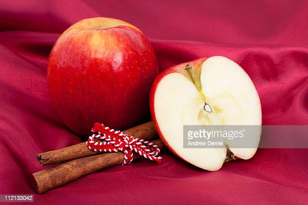 apple and cinnamon - andrew dernie photos et images de collection