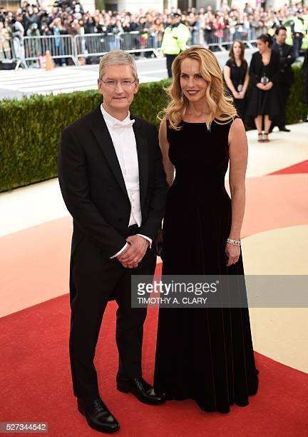 Apple CEO Tim Cook arrives for the Costume Institute Benefit at the Metropolitan Museum of Art on May 2 2016 in New York / AFP / TIMOTHY A CLARY