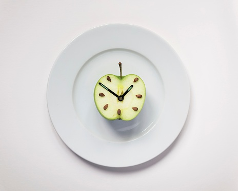 Apple half with clock hands - gettyimageskorea