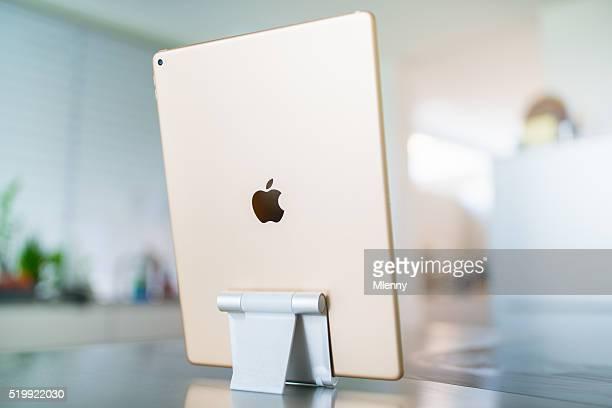 """Apple iPad Pro 12.9 """" Gold im modernen Wohnzimmer"""