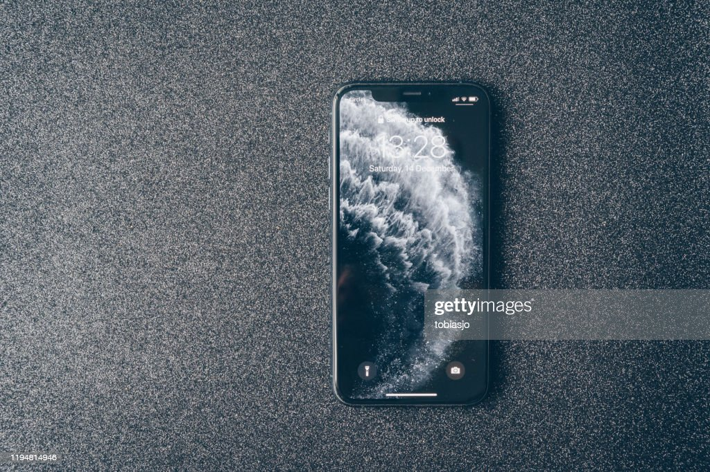 アップルのiPhone 11プロは、豪華な暗い背景に : ストックフォト