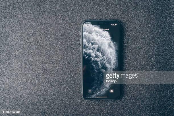 アップルのiphone 11プロは、豪華な暗い背景に - 数字の11 ストックフォトと画像
