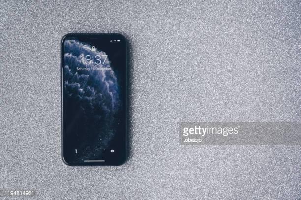アップルのiphone 11プロは、豪華な銀の背景に - 数字の11 ストックフォトと画像