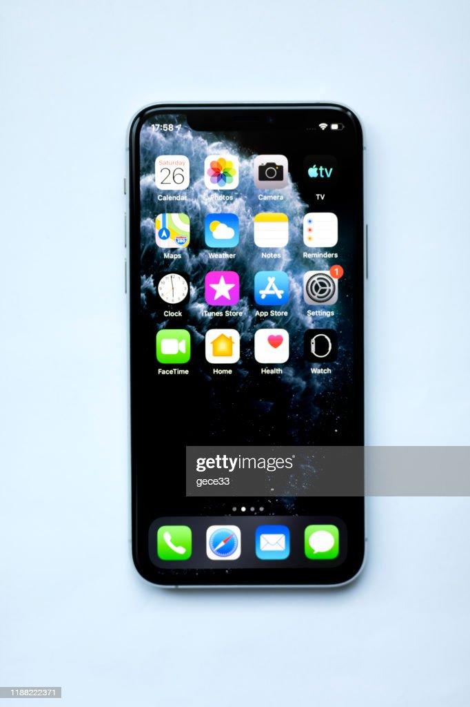 アップルのiPhone 11proシルバーホワイトブランクスクリーンとフロントビュー : ストックフォト