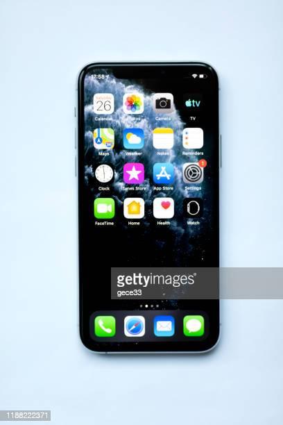 アップルのiphone 11proシルバーホワイトブランクスクリーンとフロントビュー - 数字の11 ストックフォトと画像