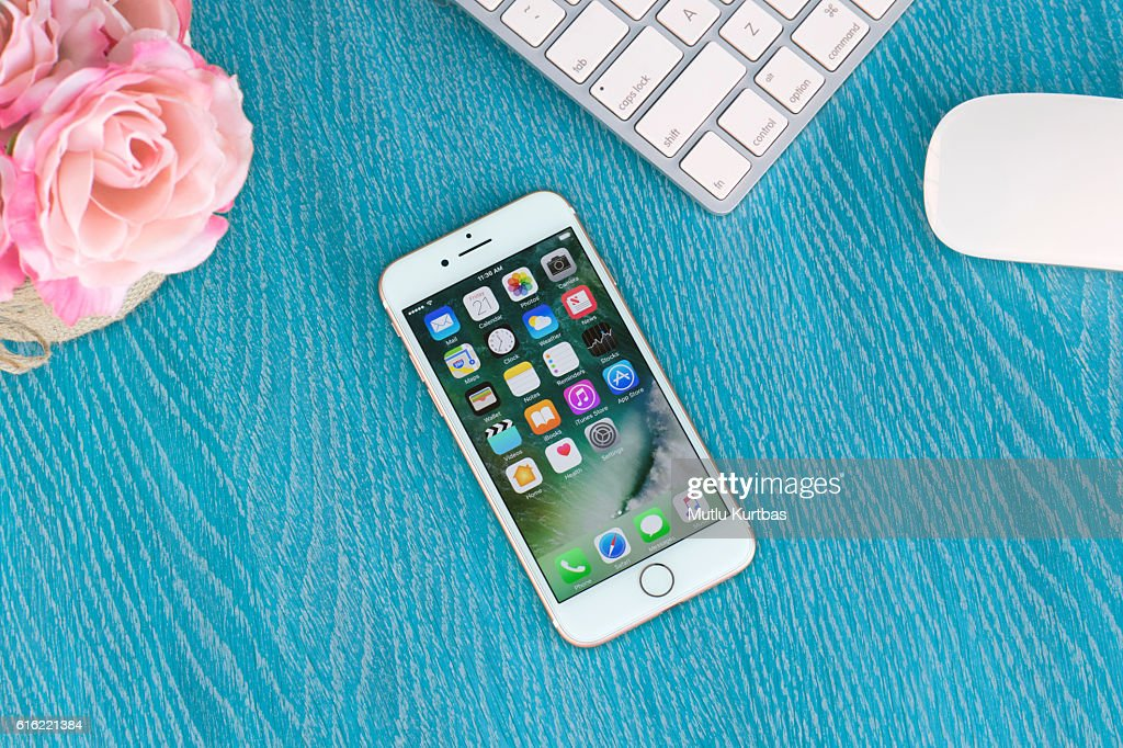 Apple iPhone 7 Gold Rose on the table : Stock-Foto