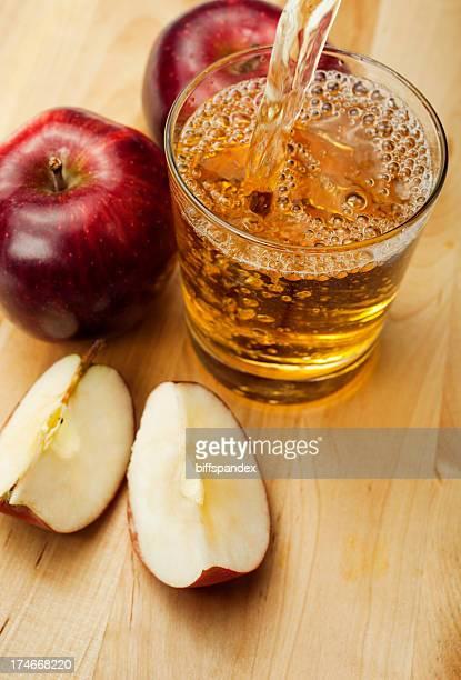 Apfelsaft Eingießen